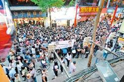 ▲李敏鎬現身西門町舉行簽名會,大批粉絲擠爆街道。(康鴻志攝).jpg