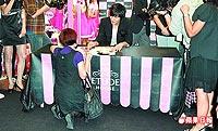 李敏鎬(中)昨在西門町舉辦簽名會,粉絲跪著與他聊天。.jpg