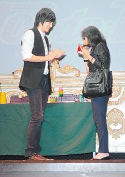李敏鎬在夜店舉行見面會,有獎問答獎品竟是他喝過的調酒,粉絲當場傻眼。(康鴻志攝) 2.jpg