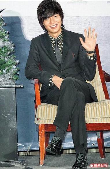 李敏鎬昨在記者會向粉絲打招呼。趙世平攝.jpg