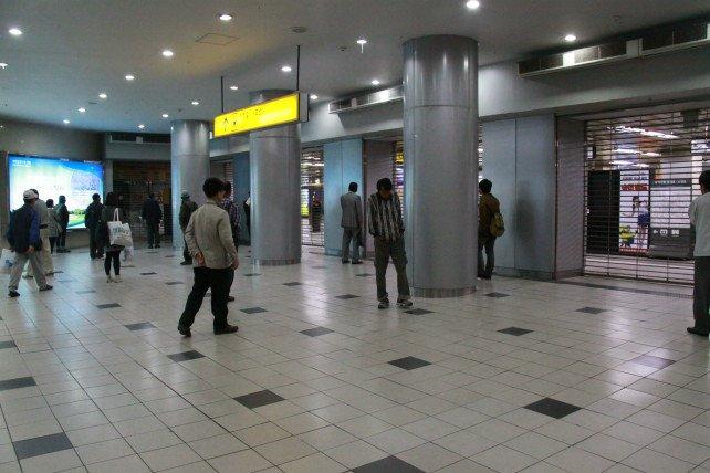 太早到首爾 等地鐵開中 各式各樣的人都有~~好像台北車站 (恐怖).jpg