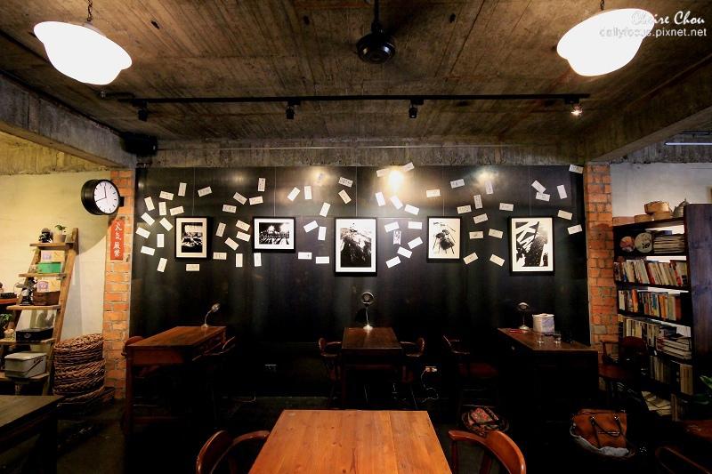 牆上有許多電影人的簽名.jpg