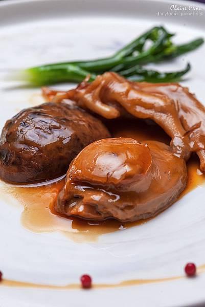 中東鮑魚拚鵝掌 用老母雞、火腿肉、豬肉、里肌小排煨煮鮑魚約8小時。 (7).jpg