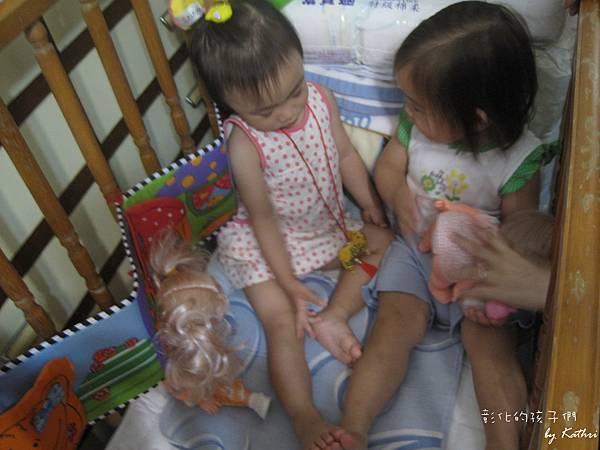 [1Y8M16D]和小紅一起坐娃娃床