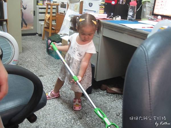 110712[1Y9M15D]妞妞在辦公室打掃