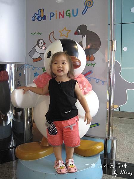 110821[1Y10M25D]與機場育嬰室前的企鵝合照(出發去大阪)