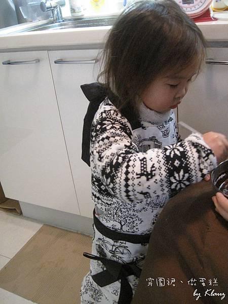 120227[2Y5M0D]穿圍裙,做蛋糕