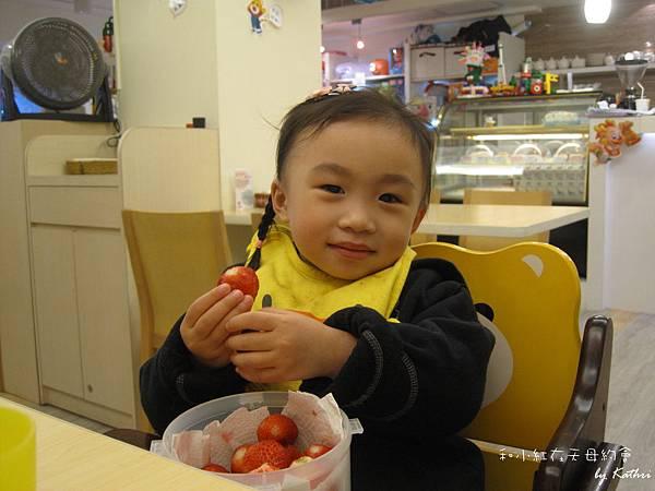 [2Y4M30D] 帶給小紅昨天採的新鮮草莓