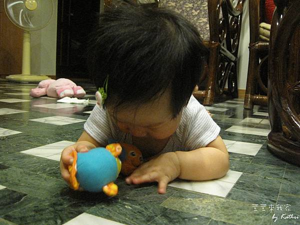 [2Y9M23D]荳荳喜歡姊姊的玩具