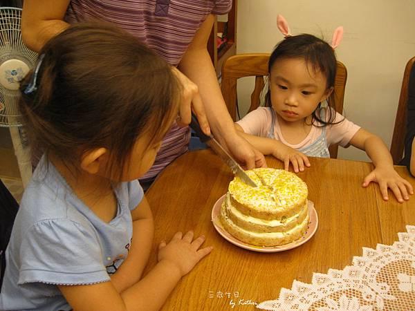 [2Y11M28D]兩個女孩在期待生日蛋糕