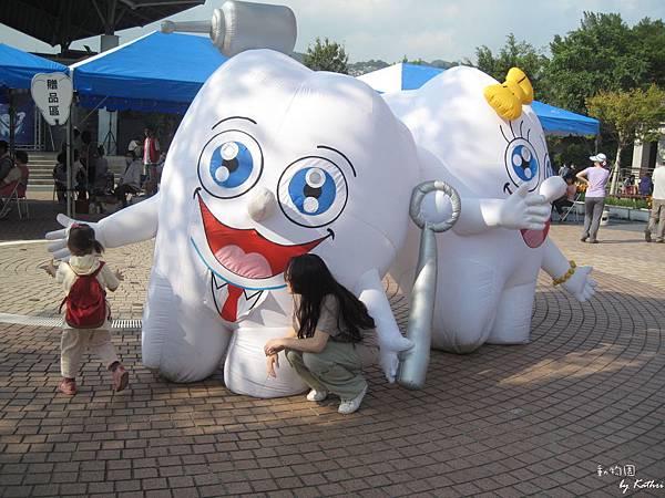 [3Y0M17D]妞妞很興奮的跑去找牙齒玩