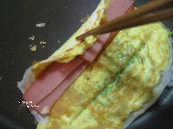 火腿片不能太寬才好把蛋餅捲起來,可以先用鍋剷剷出折痕