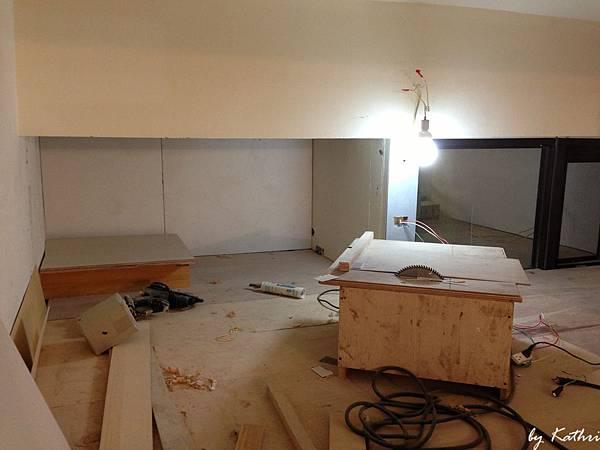 浴室上方的畸角做開放的儲存空間(放衣服之類)