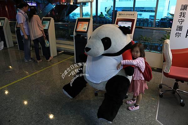 DAY1 她要和這隻熊貓拍照(指).jpg