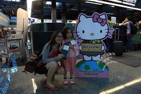 DAY1 Hello Kitty登機證、Hello Kitty立牌、Hello Kitty報到櫃臺.jpg