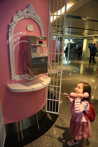 DAY1 Hello Kitty電話亭.jpg