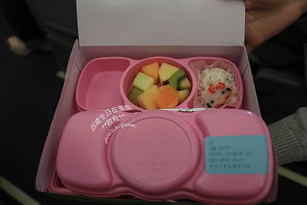 DAY1 Hello Kitty蝴蝶結打開是沙拉和水果.jpg
