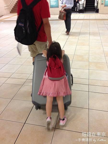 [3Y11M33D]攀在行李箱上不想走路.jpg