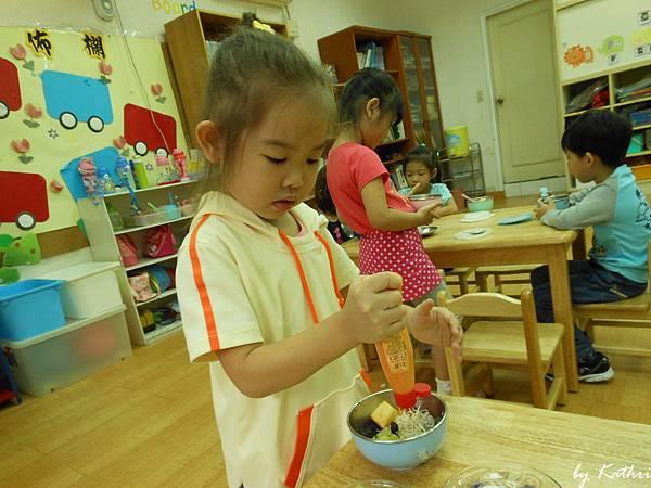 131017[陽光蔬果園-水果萬花筒]快樂小廚師 (在學校總是能吃些在家不吃的東西).JPG