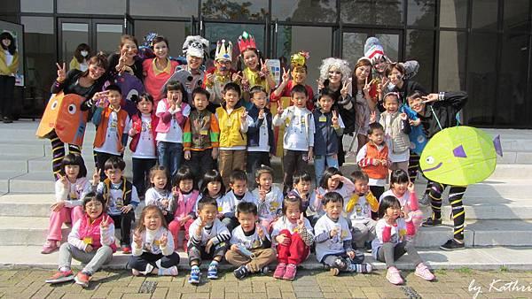 131119[綠色行動,GO!-紙從哪裡來]戶外教學 (嬰幼兒保育系的大姊姊演話劇給小朋友看).JPG