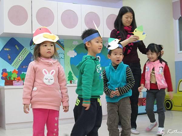 131128[綠色行動,GO!-和紙一起玩]戲劇欣賞 蘿絲去散步-讓小朋友了解到戶外玩耍時要注意的事情.JPG