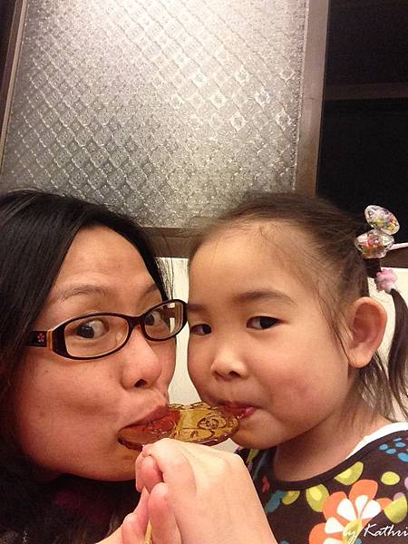 140225[4Y4M29D]我媽硬要跟我一起吃棒棒糖