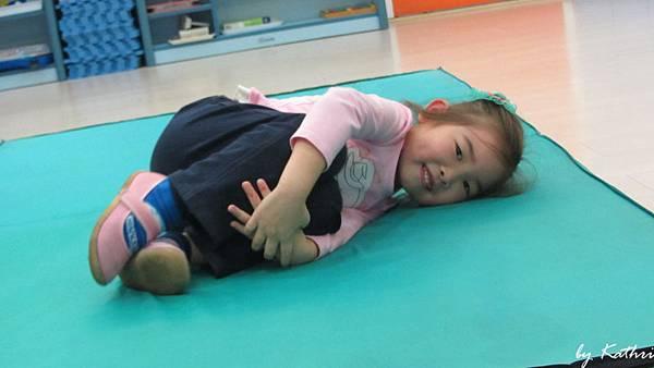 歡樂體能140224_和書做朋友-藉由翻、滾、爬、跳等動作刺激幼兒腦前庭增進全身協調性.JPG