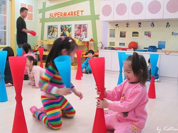 歡樂體能140317_體育有聲書-透過敲打、組合、排列等動作,訓練幼兒反應、肌力、專注力.JPG