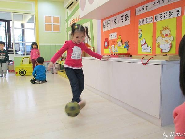 歡樂體能140324_腳ㄚ愛作畫-透過踢球傳接練習,訓練手眼腳協調及增進同學間的互動.JPG