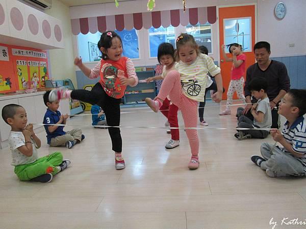 歡樂體能140421_神奇美容院-藉由拉的動作訓練上肢肌力透過競賽,增進幼兒默契.JPG