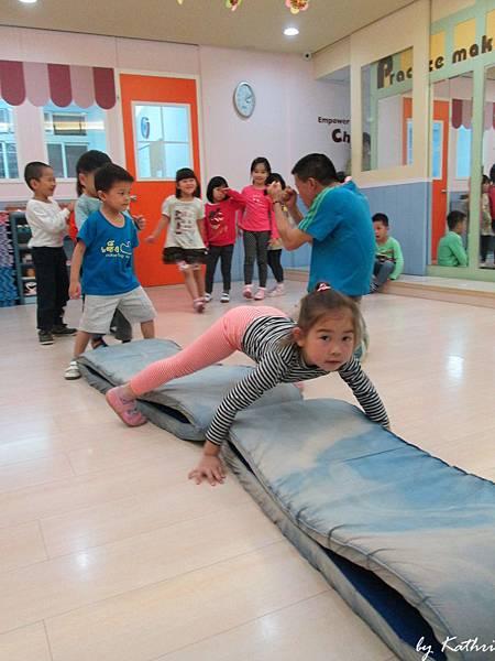 歡樂體能140505_翻山越嶺-透過翻滾的練習,刺激幼兒腦前庭,增進其協調性.JPG