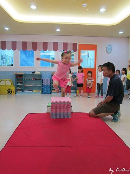 歡樂體能140519_園藝拼創意-藉由不同高度的跳躍練習,訓練爆發力.JPG