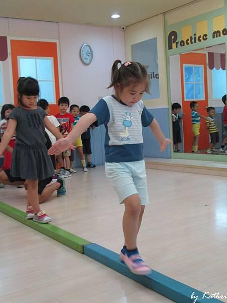 歡樂體能140623_步步驚夏-訓練幼兒平衡感,藉由不同的高度,增進膽量.JPG