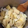 有薯條的味道出來時加入洋蔥片