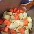 洋蔥炒軟之後加入紅蘿蔔