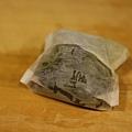 把昆布切小條放進茶包袋裡