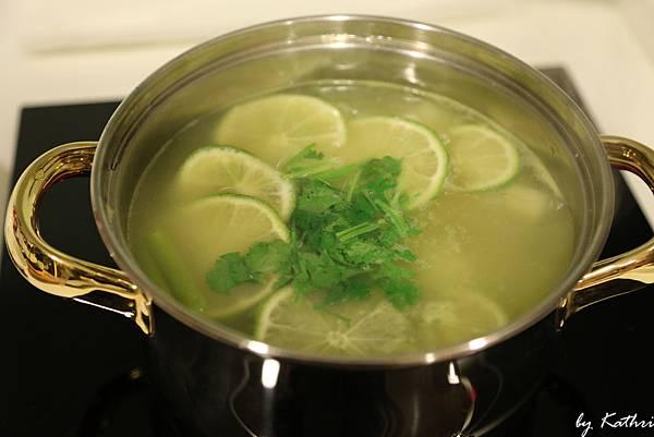 起鍋前放入檸檬片和香菜