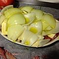 鋪上cheese、洋蔥,淋上橄欖油,放入烤箱
