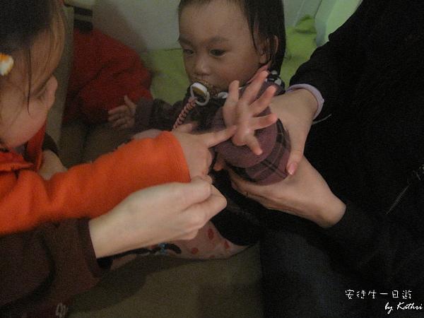[1Y4M23D]小妞教小紅玩「叮子叮個」
