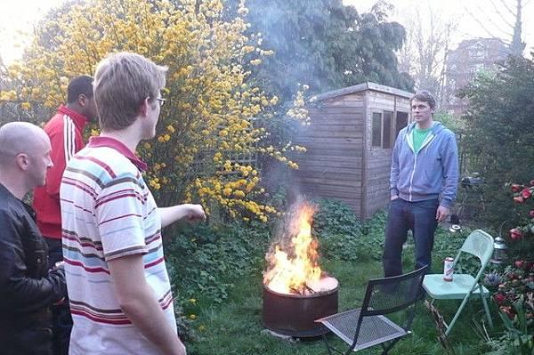 湯姆哥眼睜睜看著自己的耶誕樹燒了
