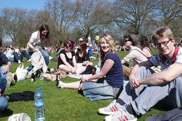 整公園都是滿滿的酷人! 應該是全倫敦最酷的公園了