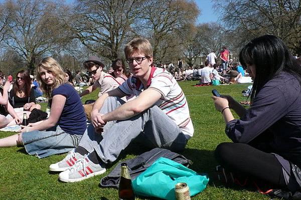 穿得很酷! 行為也很酷! 有人在太陽底下剪頭髮,酷吧