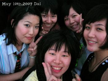 田家姊妹人很好!站第一排的留念 XD