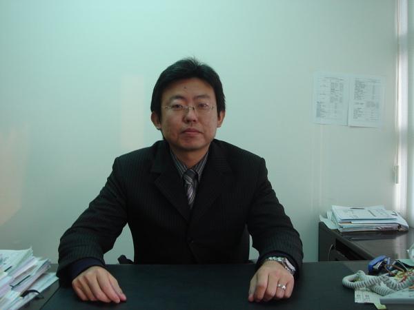 何律師.JPG