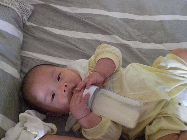第一次自己拿奶瓶喝...(因為那天媽咪不能餵奶)