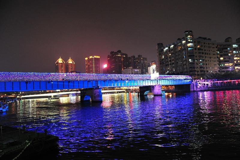 愛河鐵道橋繽紛亮麗,聲光劇場吸睛.jpg
