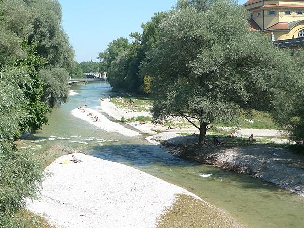 河床上做日光浴的人們
