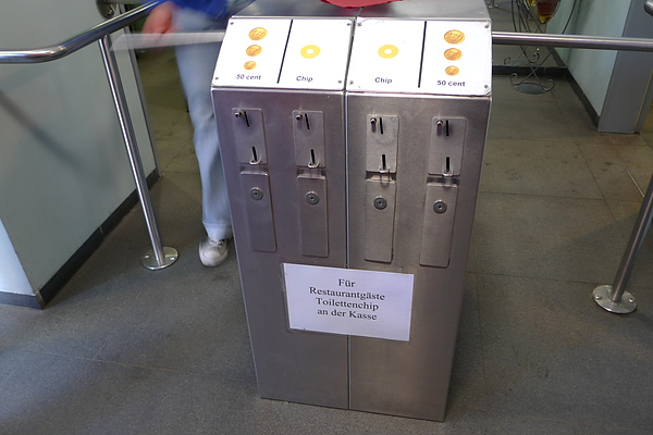 廁所前的投幣機