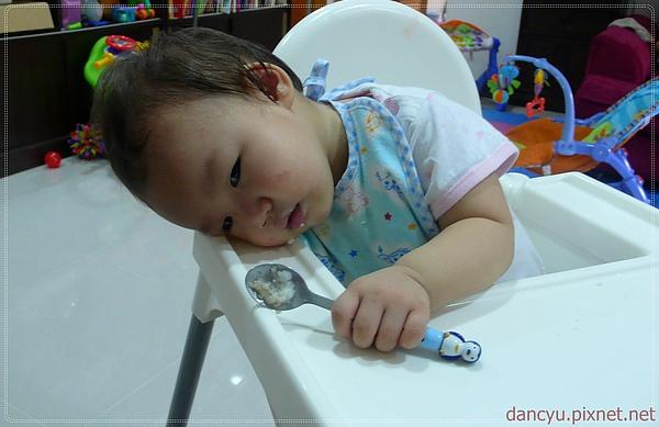 P1120311_100919瑄拿著湯匙快睡著了.JPG