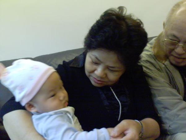 奶奶超愛抱